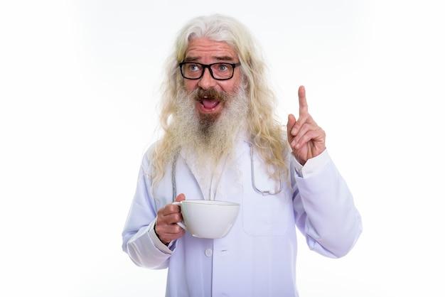 Doordachte gelukkig senior bebaarde man arts glimlachen Premium Foto