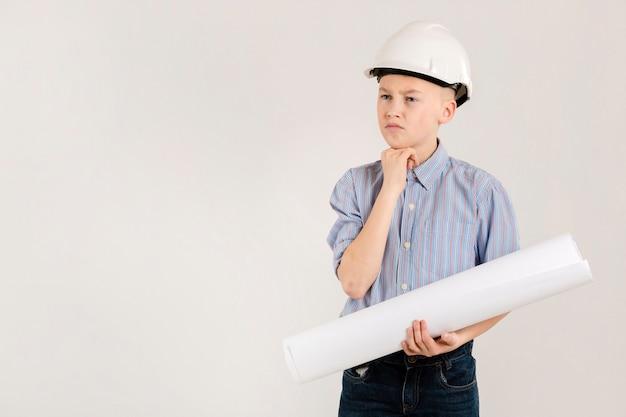 Doordachte jonge bouwvakker Gratis Foto
