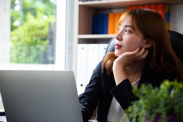 Doordachte vrouw die werkt op kantoor Gratis Foto