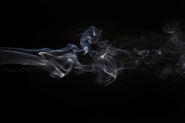 Doorstane rook op zwarte achtergrond Gratis Foto
