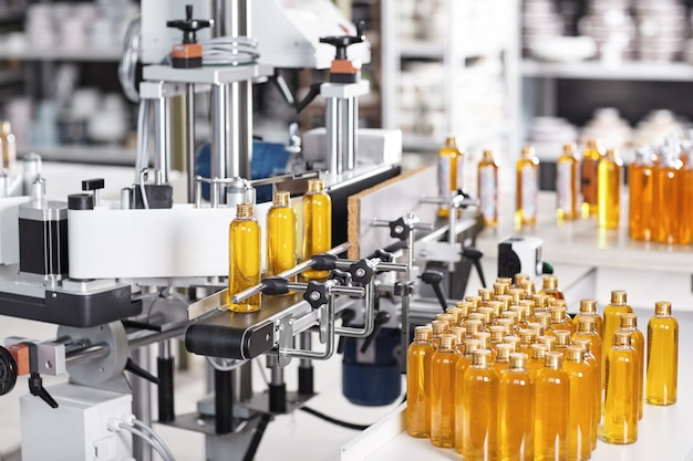 Doorzichtige plastic flessen gevuld met gele substantie Gratis Foto