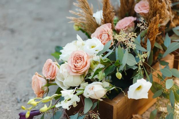 Doos met bloemen op de grond Premium Foto