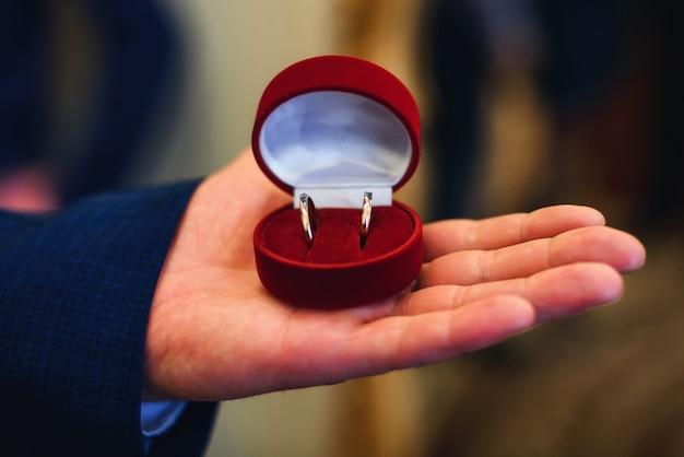 Doos met trouwringen in de man's hand voor het huwelijk Premium Foto