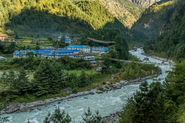 Dorp in mt.everest trekking route met prachtig uitzicht op de bergen en de rivier Premium Foto