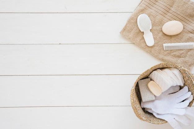 Douchetoebehoren op wit houten bureau worden geschikt dat Gratis Foto