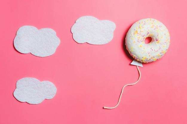 Doughnut in vorm van ballon in hemel Premium Foto