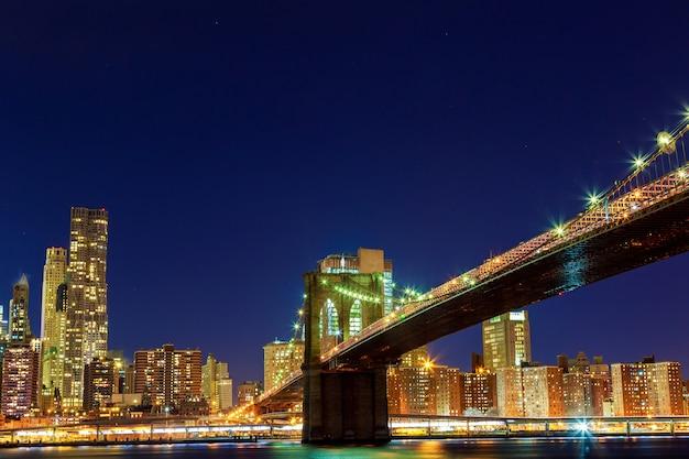 Downtown manhattan-nachtmening van brooklyn bridge park Premium Foto