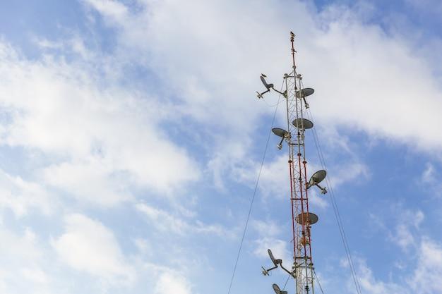 Draadloze antenne communicatie lange afstand schoteltoren met blauwe hemel Premium Foto