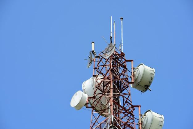 Draadloze communicatie-antenne met heldere hemel. Premium Foto