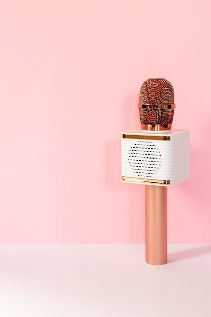 Draadloze microfoon met roze achtergrond Premium Foto