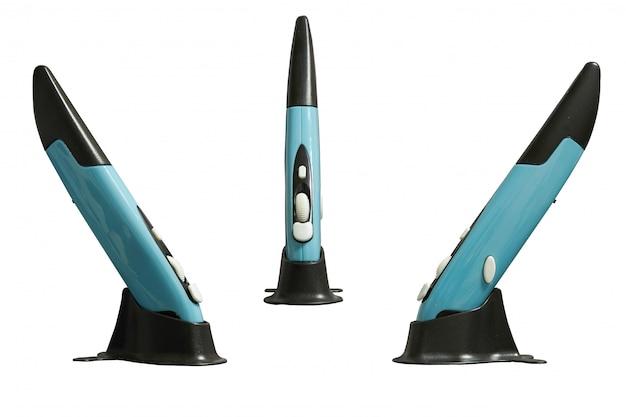 Draadloze penmuis op standaard voor gebruik met computer, zij- en voorkant geïsoleerd Premium Foto