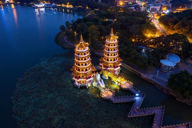 Dragon en tiger pagodes 's nachts in kaohsiung, taiwan. Gratis Foto