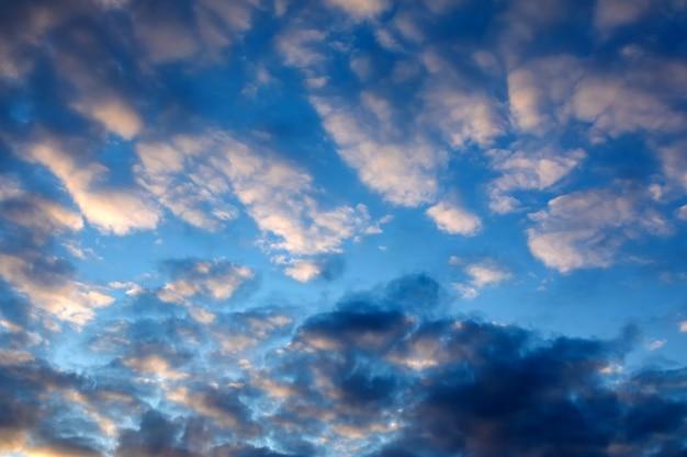 Dramatische blauwe lucht met donkere wolken bij zonsondergang om slecht weer, angst, zorgen en moedeloosheid te illustreren. Premium Foto