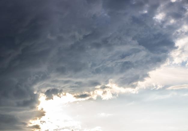 Dramatische hemel met onweerswolken. blauwe lucht en clouds.4 Premium Foto