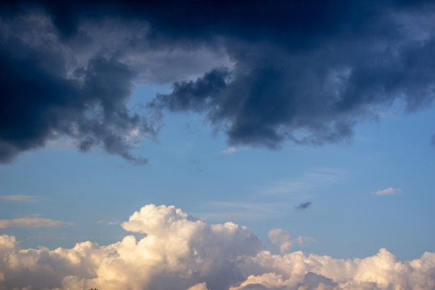 Dramatische hemel met onweerswolken. blauwe lucht en wolken 1 Premium Foto