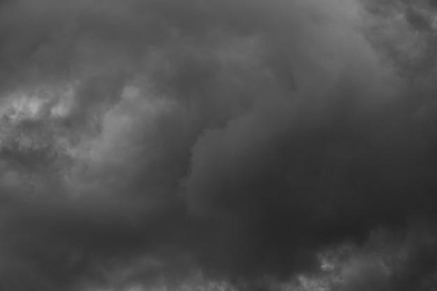 Dramatische lucht en donkere wolken Premium Foto