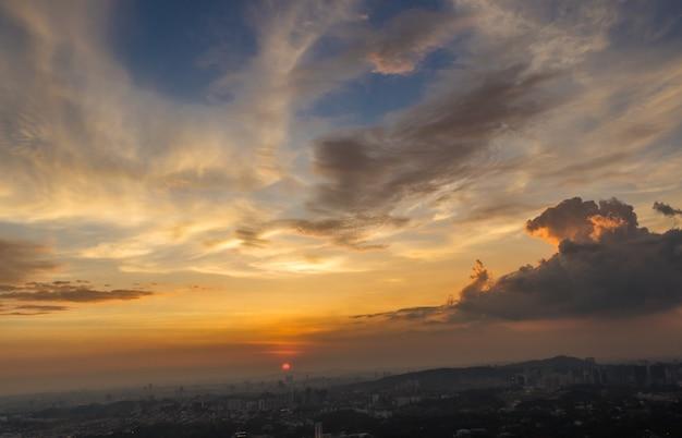 Dramatische zonsondergang en wolken boven kuala lumpur Premium Foto