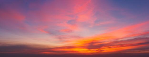 Dramatische zonsondergang en zonsopganghemel. Premium Foto