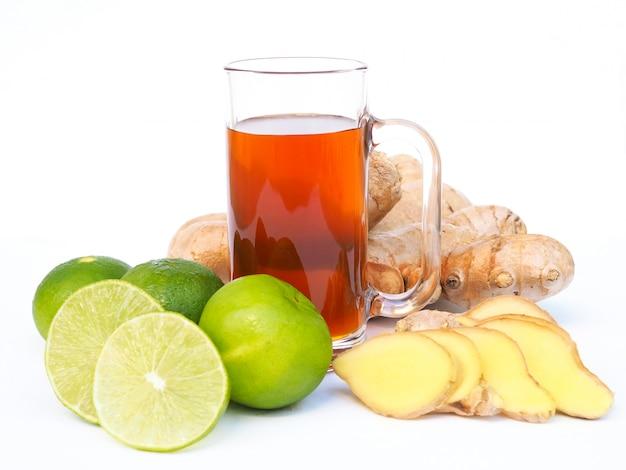 Drankkruidendrank met honing in glas en kruidenplak met verse gemberwortel en groene citroenenkalk. Premium Foto