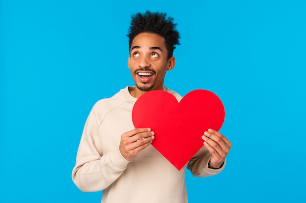 Drea, y en gepassioneerde, vrolijke afro-amerikaanse man die denkt hoe perfecte valentijnsdag date te maken Premium Foto