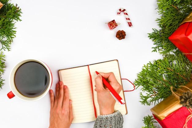 Dreams of goals-plannen maken een lijst voor het schrijven van nieuwjaarskerstmisconcept in notitieblok Premium Foto