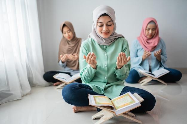 Drie aziatische vrouwen zitten en bidden om god te danken Premium Foto