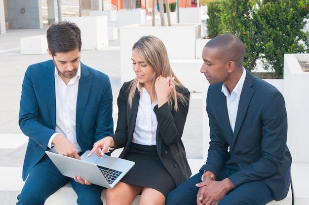 Drie collega's kijken naar presentatie Gratis Foto