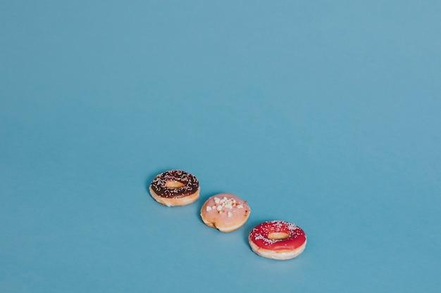 Drie donuts op blauw Gratis Foto