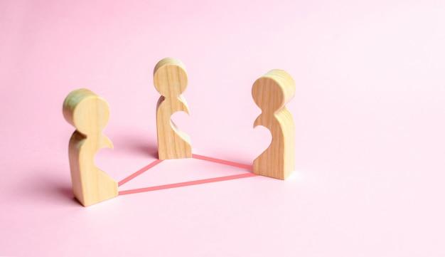 Drie figuren van mensen met holtes in het lichaam Premium Foto