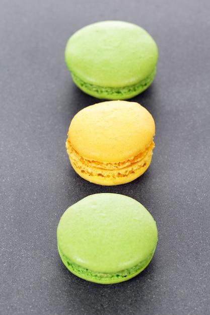 Drie groene en gele bitterkoekjes in keuken Gratis Foto