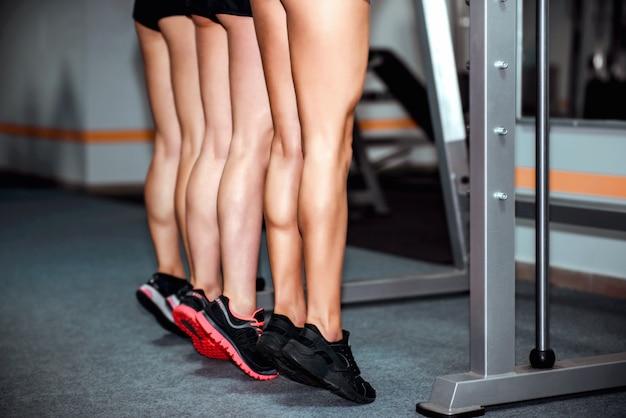 Drie jonge meisjestraining in de gymnastiek Premium Foto