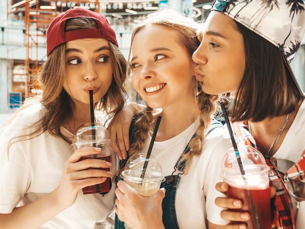 Drie jonge mooie lachende hipster meisjes in trendy zomerkleding. Gratis Foto