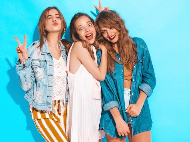 Drie jonge mooie lachende meisjes in trendy zomer casual kleding. sexy zorgeloze vrouwen poseren. positieve modellen Gratis Foto