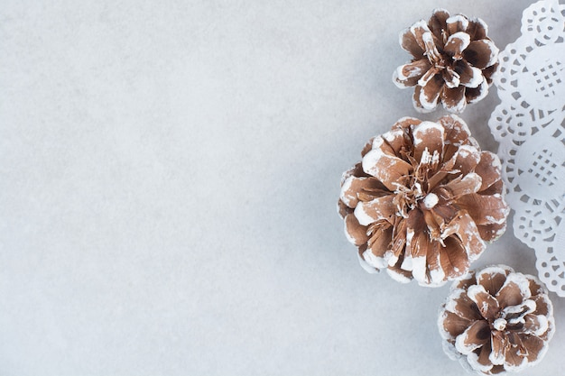 Drie kerst dennenappels op witte achtergrond. hoge kwaliteit foto Gratis Foto