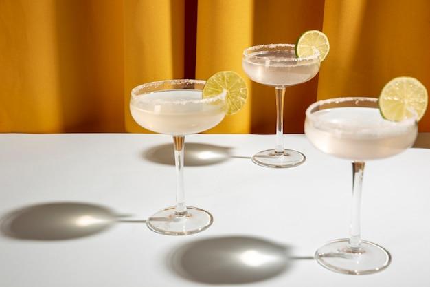 Drie klassieke margarita-drank met limoen en zout in schotelglazen op lijst Gratis Foto