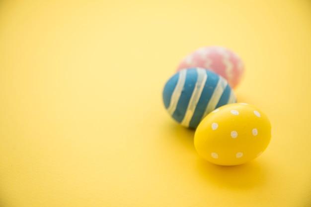 Drie kleurrijke paaseieren op tafel Gratis Foto