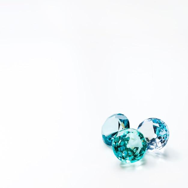 Drie luxueuze glanzende diamant op witte achtergrond Gratis Foto