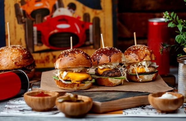 Drie mini-hamburgers op tafel Gratis Foto