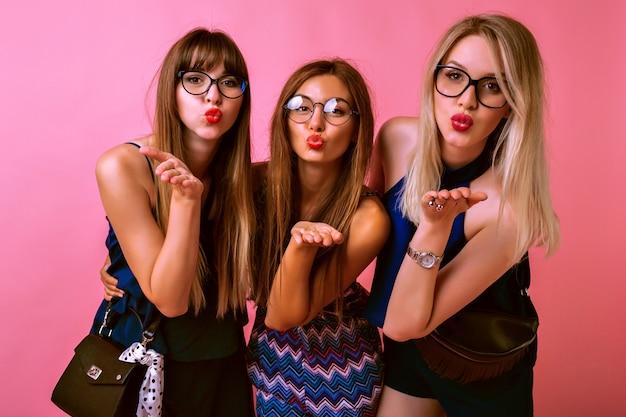 Drie mooie beste vrienden die kusjes sturen Gratis Foto