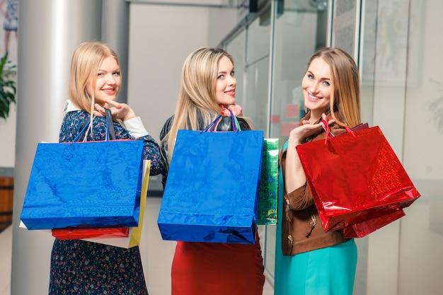 Drie mooie vrouwen met boodschappentassen Gratis Foto