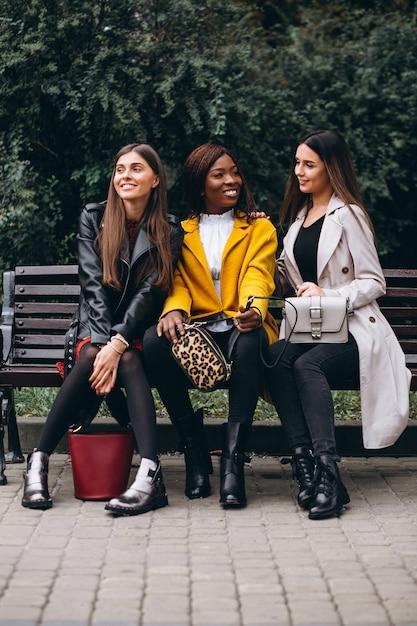 Drie multiculturele vrienden in de straat Gratis Foto