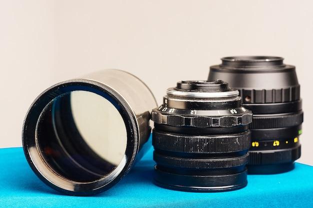 Drie oude lenzen sluiten omhoog op blauw Premium Foto