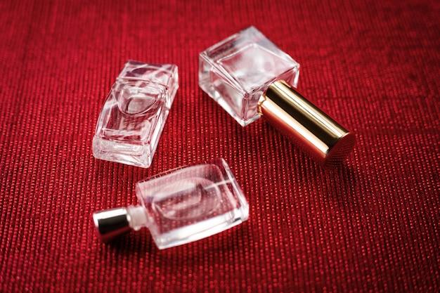 Drie parfums op een rode achtergrond Premium Foto