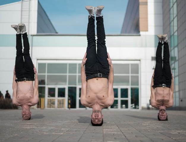 Drie shirtless hiphop staande op hun hoofd Gratis Foto