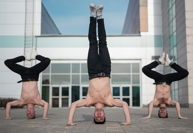 Drie shirtless hiphopartiesten die buiten oefenen Gratis Foto
