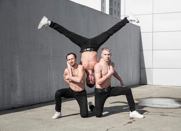 Drie shirtless hiphopartiesten die een pose oefenen Gratis Foto