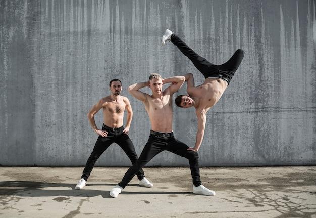 Drie shirtless hiphopdansers die samen stellen Gratis Foto
