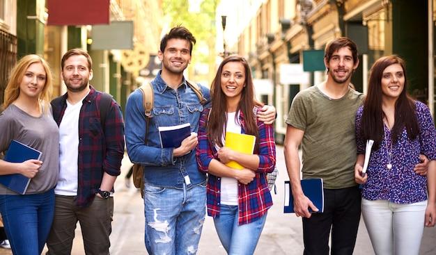 Drie stellen die na school lopen Gratis Foto