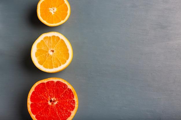 Drie uitgelijnde citrusses op tafel met kopie-ruimte Gratis Foto