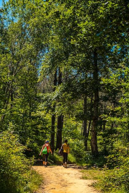 Drie vrienden op het spoor van de berg igueldo, guipuzcoa, Premium Foto